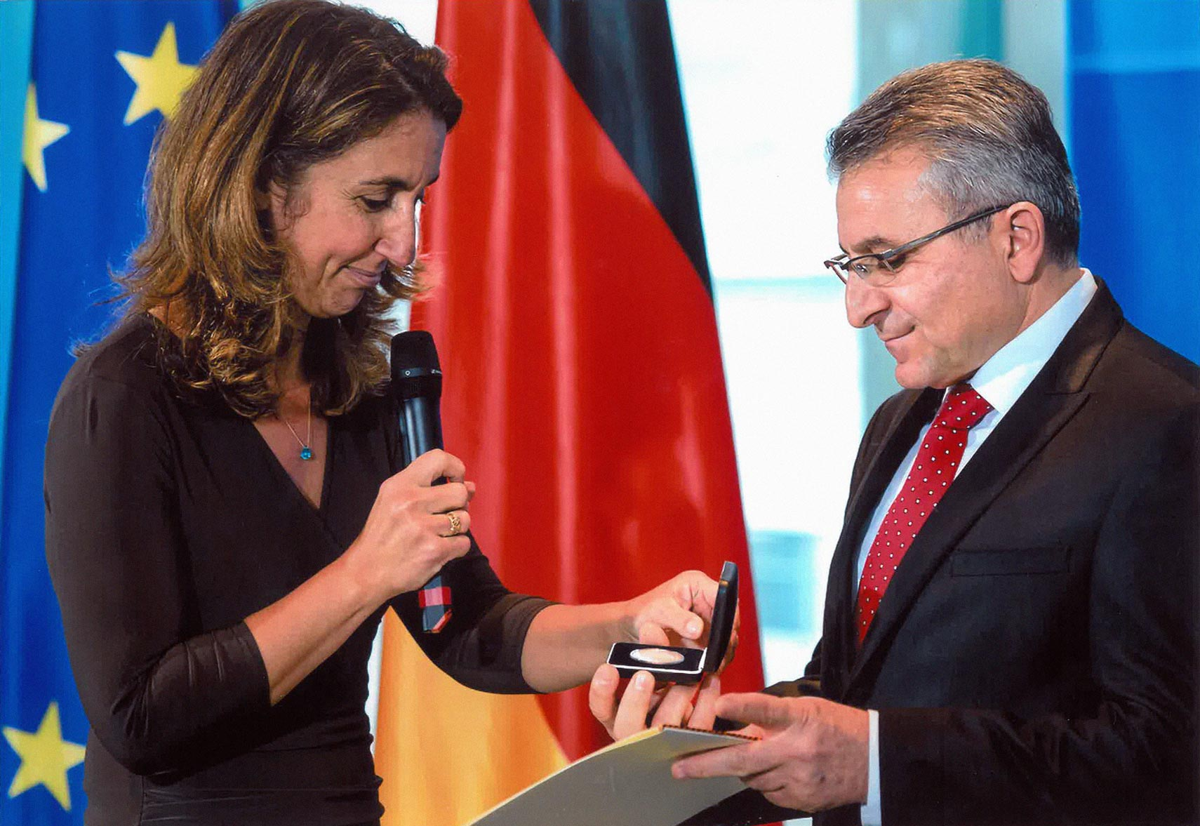 2014 - Abdullah Altun, Almanya Göç, Mülteci ve Uyumdan Sorumlu Devlet Bakanı Aydan Özoğuz'dan Uyum Madalyası'nı kabul ederken...